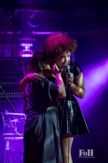 Weaves performing at The 2017 Polaris Music Prize Gala, accompanied by Tanya Tagaq